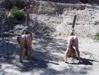2 femmes attachees sur des pieux