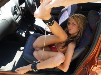 Julie ma copine ligotee dans la voiture pas contente