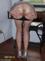 ma femme ecarte bien ses fesses et exhibe son fion