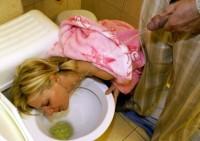 milf blonde se fait pisser sur le visage aux toilettes
