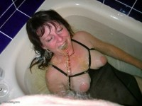 milf gets piss in mouth in a bath